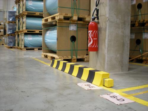 Protection caoutchouc de couleur jaune et noir pour parking contre les engins de levage