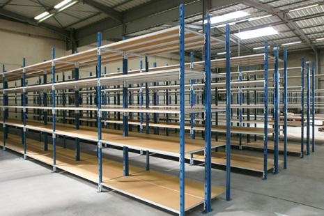 Rayonnage tubulaire soudé, option platelage bois type isorel ou métallique